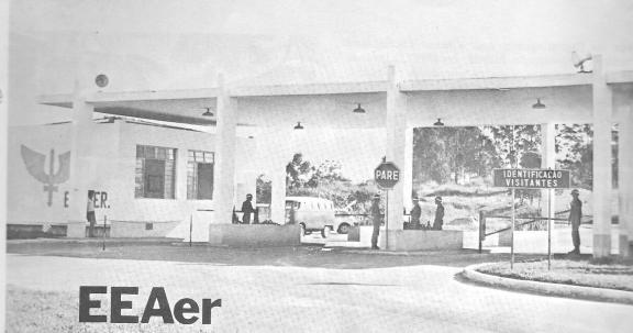 Portão principal da Escola de Especialistas de Aeronáutica em 1977 (reprodução de O Especialista em Revista, ed. nº 12)
